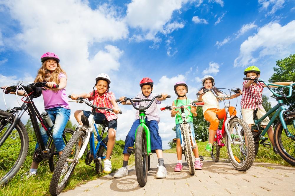Znalezione obrazy dla zapytania dzieci na rowerach