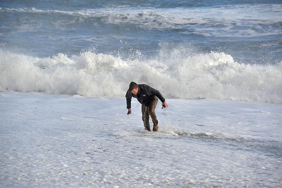 Turysta, który został przewrócony przez falę na plaży Reynisfjara. fot. Þórir Kjartansson/ visir.is