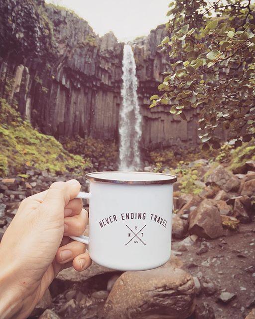 Zdjęcie kubka na tle wodospadu Svartifoss, wykonane przez Never Endig Travel, ma jak na razie 139 lajków