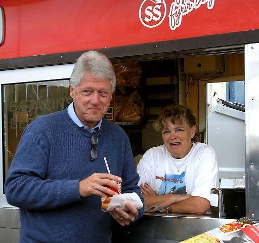 Prezydent USA Bill Clinton przy budce z islandzkimi hot dogami w Reykjaviku