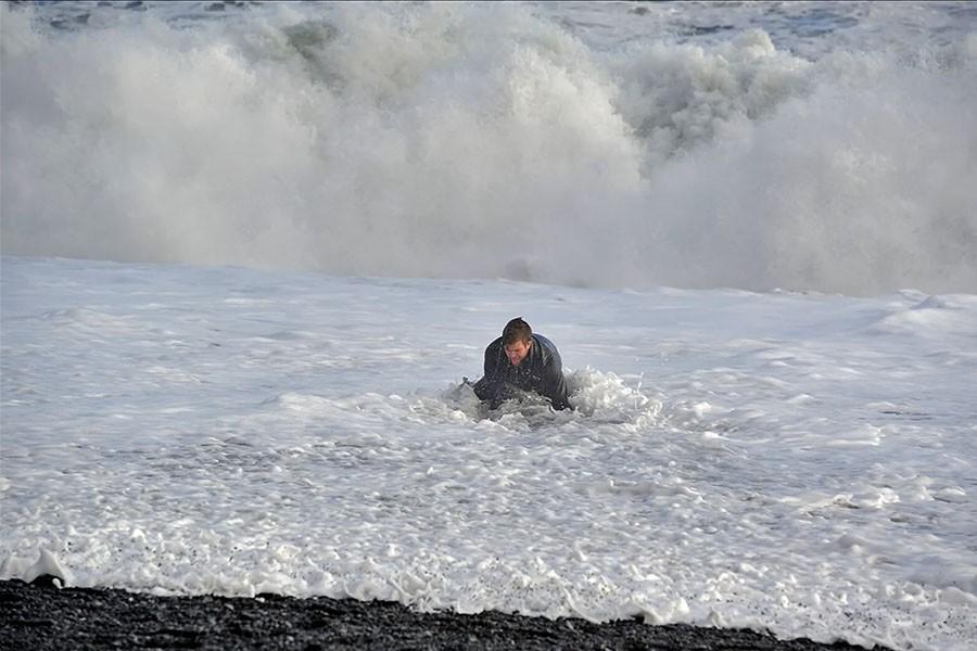 Turysta, który został przewrócony przez falę na plaży Reynisfjara. fot. Þórir Kjartansson / visir.is