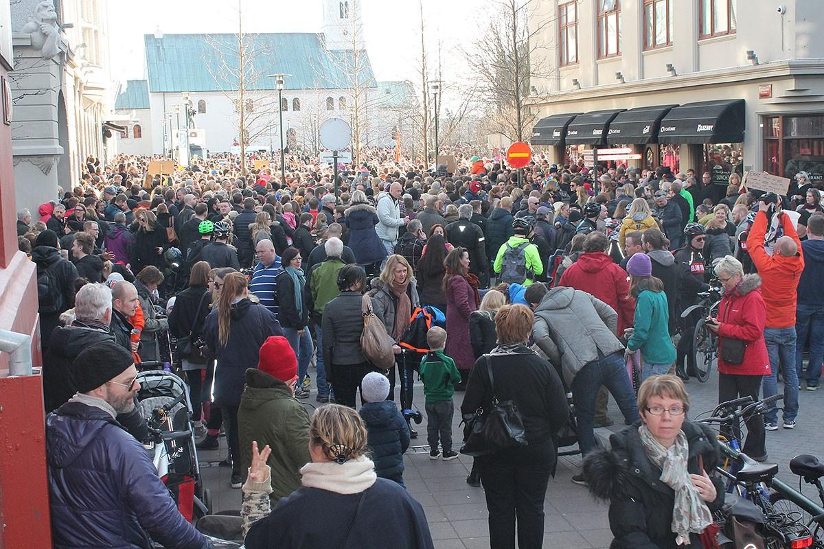 Tłum ludzi pod parlamentem był tak duży, że ludzie zbierali się na pobocznych uliczkach. fot/Witold Bogdański