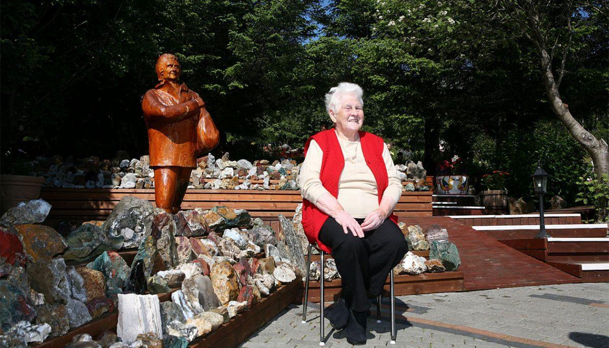 Ljósbjörg Petra María Sveinsdóttir w swoim ogrodzie, gdzie można podziwiać piękną kolekcję zebranych przez nią kamieni. Petra tworzyła swoją kolekcję od 1946 roku.