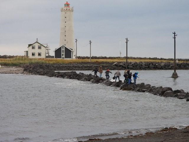 Zdjęcia pokazujące turystów przeprawiających się po falochronie, wykonane przez Pétura Jónssona/ mbl.is