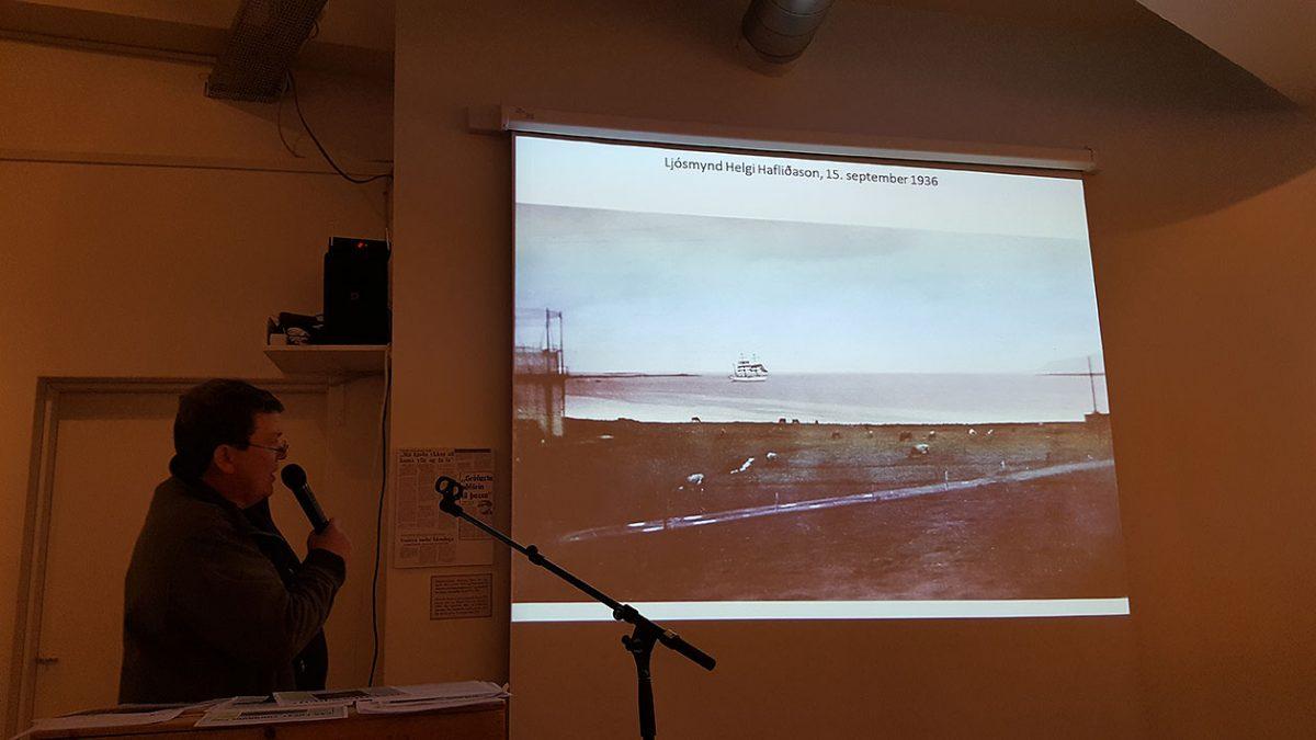 Zdjęcie żaglowca wychodzącego z portu