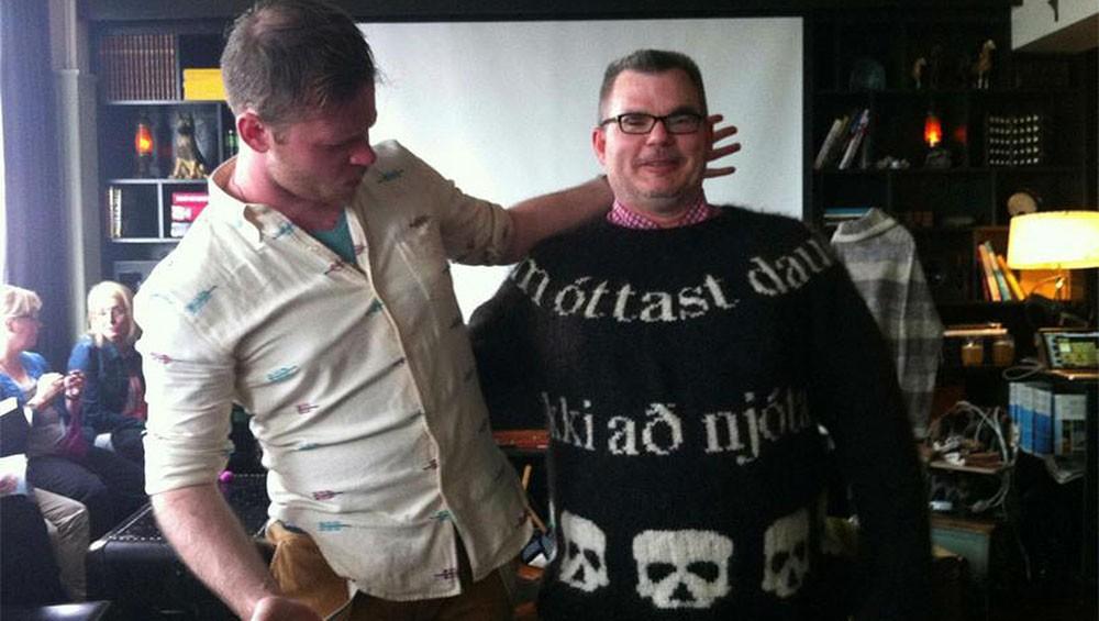 Lars w swetrze DEAD DEAD z designerem Stephenem West
